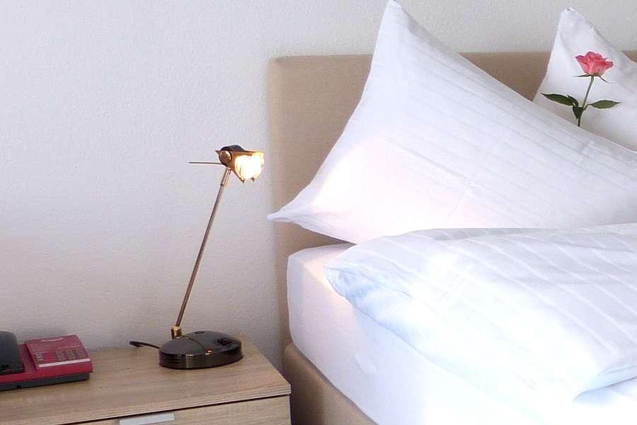 Zimmer Bett 16 - Park-Hotel Inseli - P1030250 - 900x600